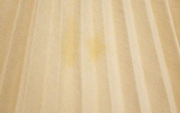 プリーツスカートの黄色いシミ